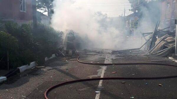Дым на месте взрыва бытового газа, который произошел в гостинице Азария в Геленджике