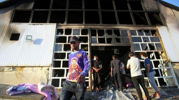 Люди на месте пожара в отделении для больных коронавирусом в больнице города Насирия в Ираке