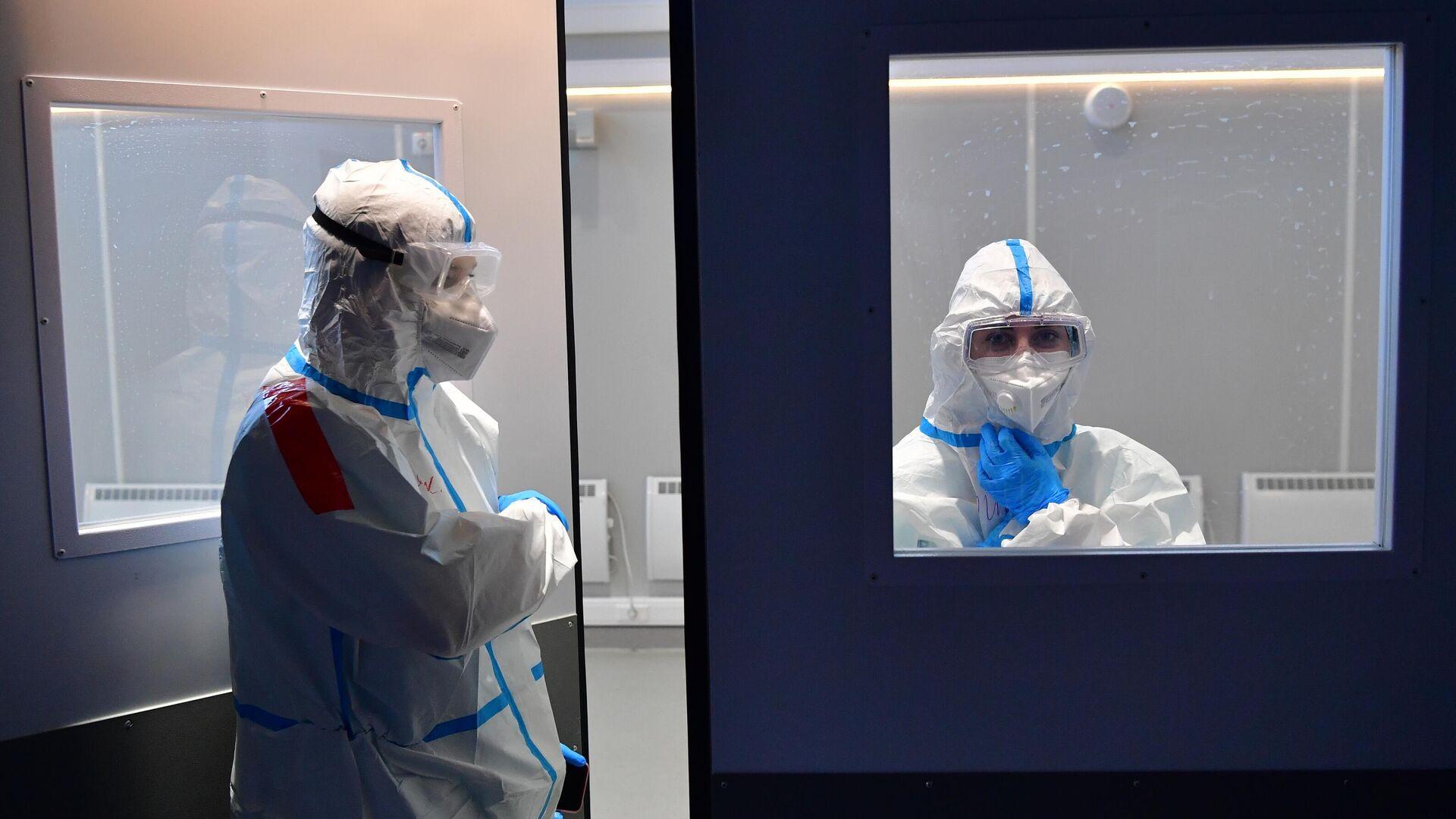 Медицинские работники во временном госпитале для пациентов с COVID-19 в конгрессно-выставочном центре Сокольники в Москве - РИА Новости, 1920, 24.07.2021