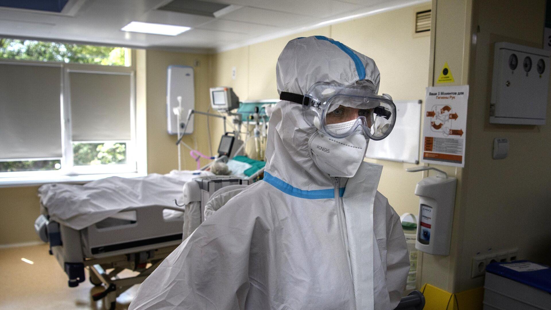 Медицинский работник в отделении реанимации и интенсивной терапии в госпитале COVID-19 в городской клинической больнице No 52 в Москве - РИА Новости, 1920, 05.08.2021