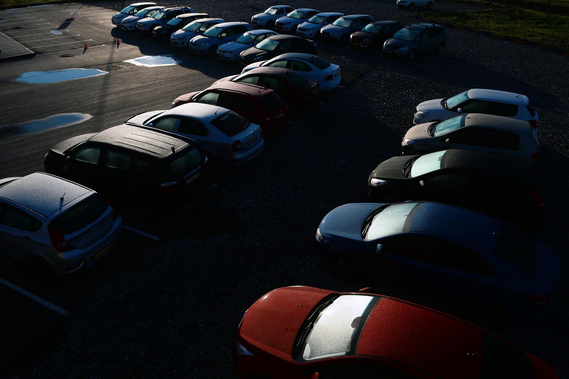 Машины на парковке салона по продаже автомобилей с пробегом - РИА Новости, 1920, 15.07.2021