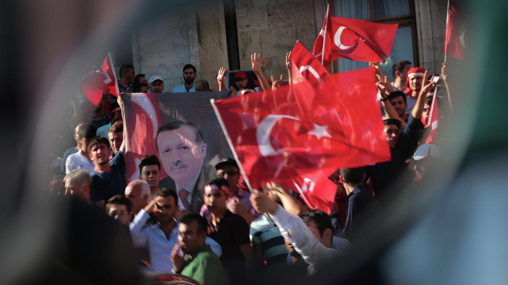 Протест против военного переворота у здания парламента Турции - РИА Новости, 1920, 16.07.2021