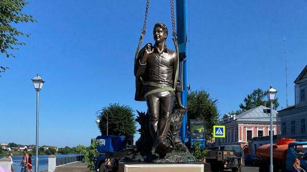 Установка памятника Андрею Дементьеву в Твери