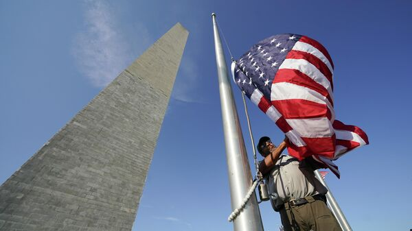 Флаг США возле Монумента Вашингтону