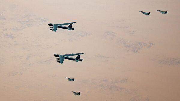 Американские самолеты KC-135 Stratotanker, B-52 Stratofortresses и F-16 Fighting Falcon в сопровождении истребителей F-15SAs Королевских ВВС Саудовской Аравии