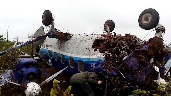 Самолет Ан-28 Сибирской легкой авиации, совершивший жесткую посадку в Томской области. Стоп-кадр видео
