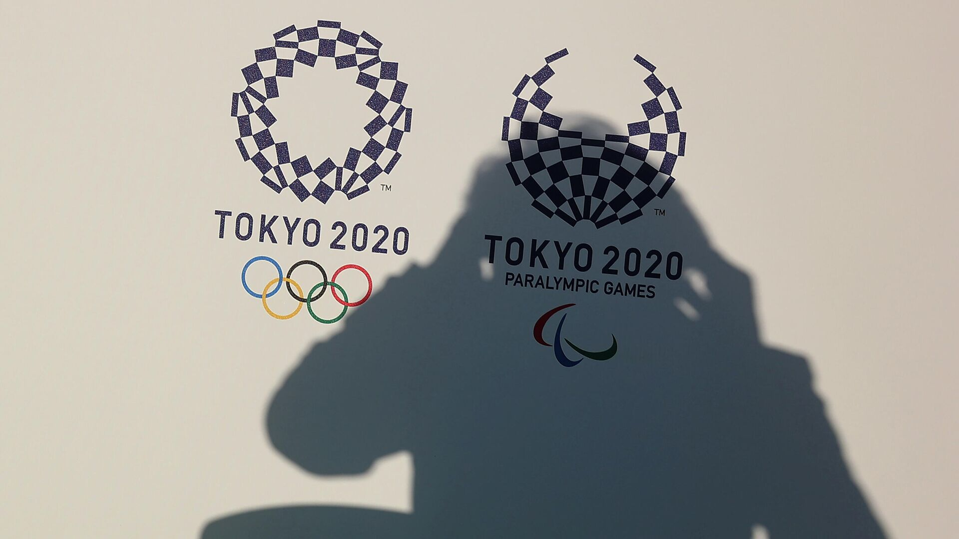 Tokyo 2020 President Seiko Hashimoto casts her shadow prior to a giant 10-metre ?MOCCO? puppet performance ahead of the Tokyo 2020 Olympic Games in Tokyo, Japan, July 17, 2021. The puppet was created by children form Japan?s Northeastern region that was devoted by the March 11 earthquake and tsunami in 2011 and is supposed to celebrate the reconstruction effort.   REUTERS/Kai Pfaffenbach - РИА Новости, 1920, 17.07.2021