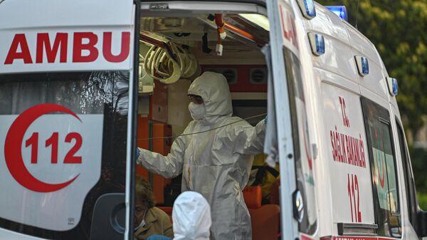 Медицинские работники в машине скорой помощи в Турции