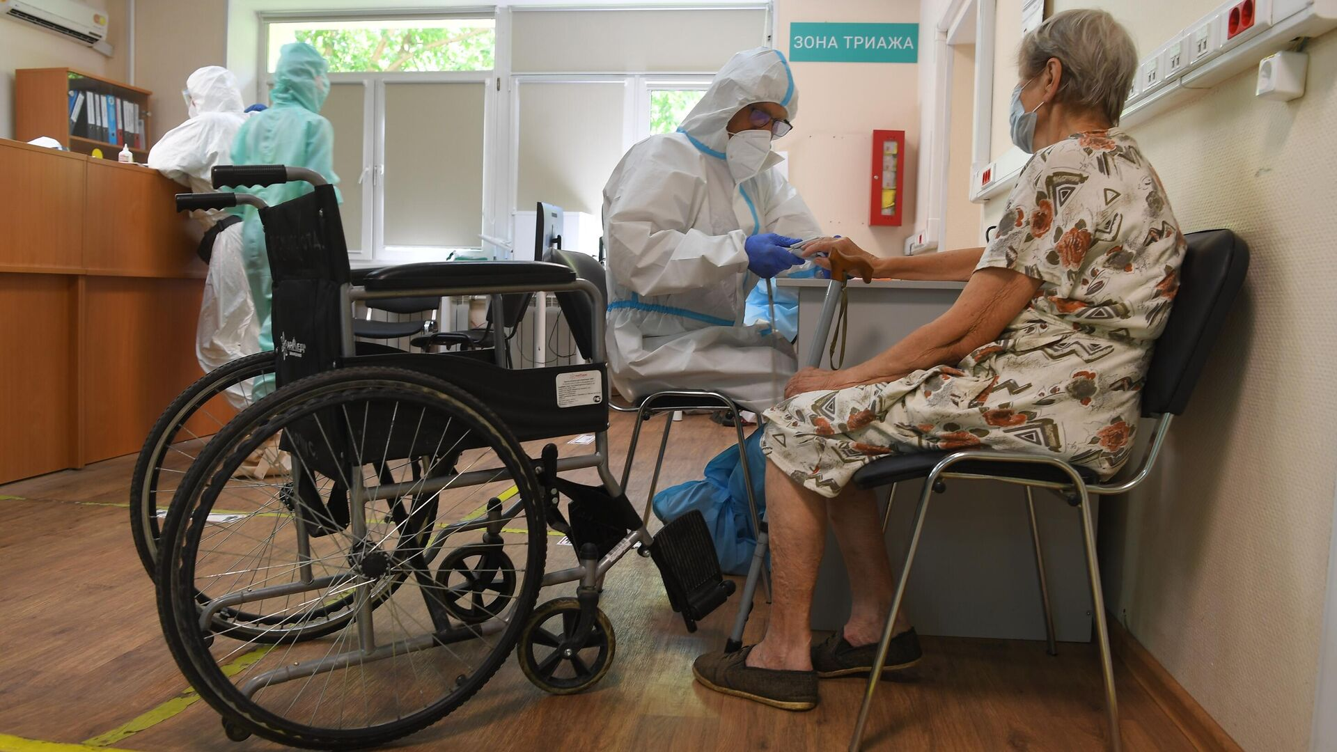 Медицинский работник с пациентом в госпитале COVID-19 в городской клинической больнице № 52 в Москве - РИА Новости, 1920, 03.08.2021