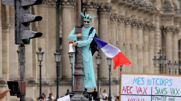 Участники акции протеста против санитарных пропусков в Париже