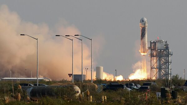 Старт многоразового космического корабля New Shepard с Джеффом Безосом на борту