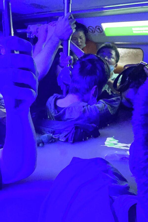Люди в затопленном вагоне метро в Чжэнчжоу, Китай