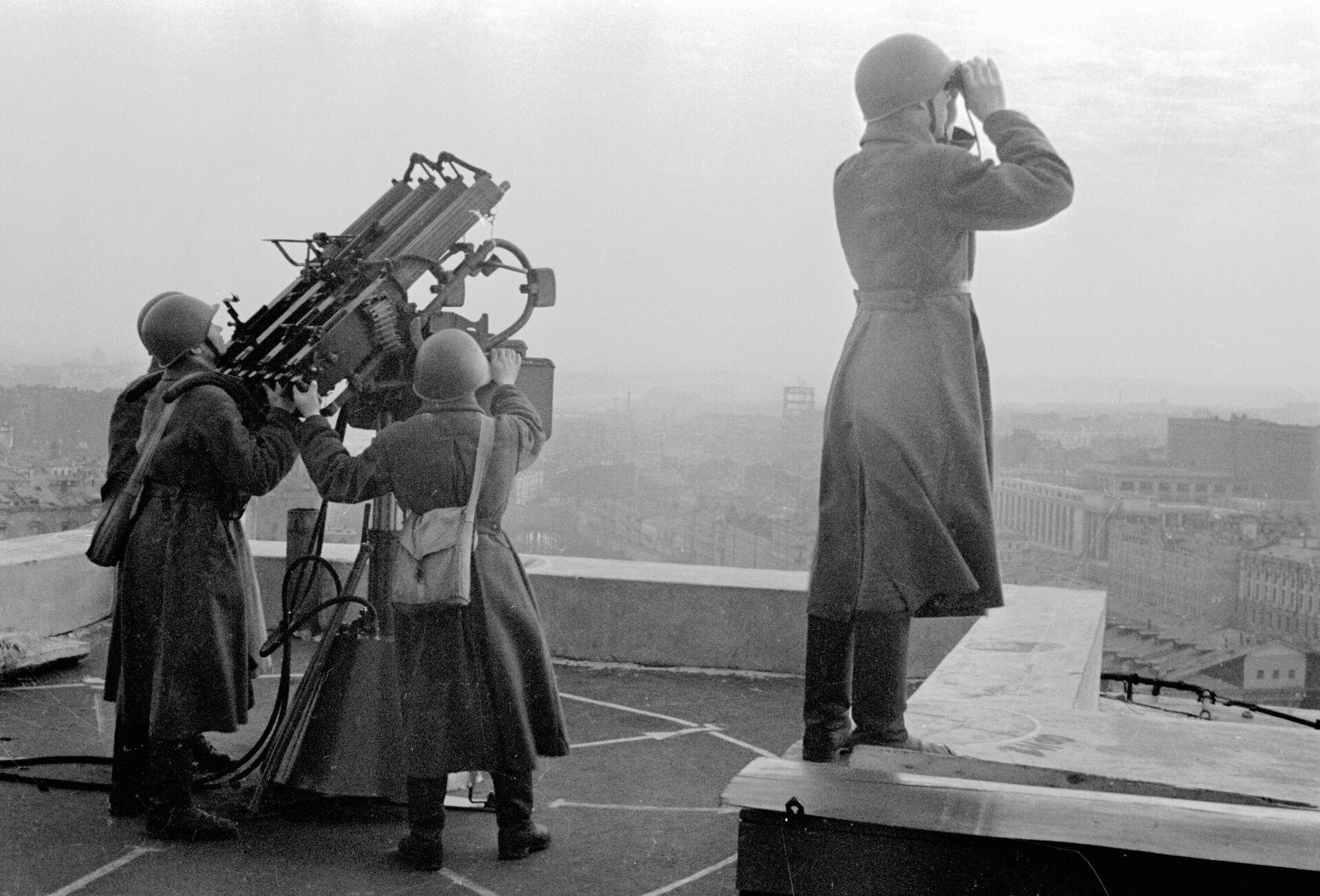 Советские зенитчики охраняют московское небо во время Великой Отечественной войны - РИА Новости, 1920, 21.07.2021