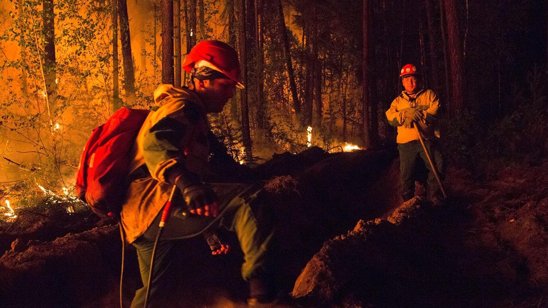 Сотрудники Авиалесоохраны во время тушения лесного пожара в Якутии - РИА Новости, 1920, 01.08.2021