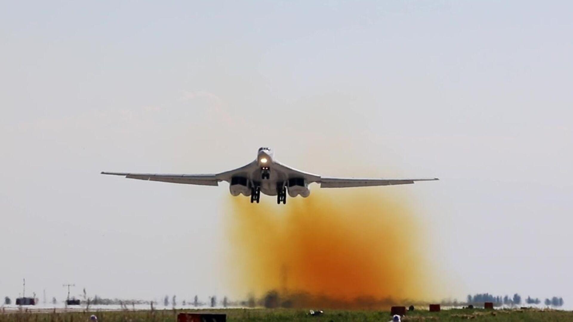 Стратегический ракетоносец Ту-160 начинает плановый полет над водами Баренцева и Норвежского морей - РИА Новости, 1920, 03.08.2021