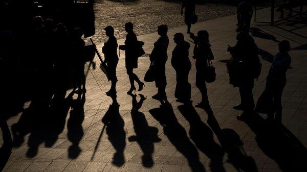 Люди стоят в очередт в Харькове