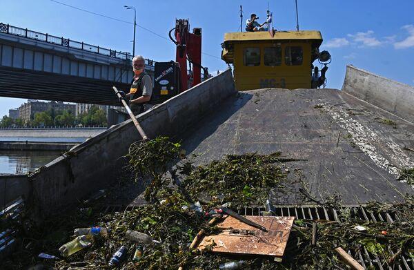 Работа ГУП Мосводосток по очистке реки