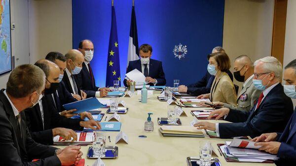 Президент Франции Эммануэль Макрон проводит экстренное совещание по вопросам безопасности в Елисейском дворце. Cотовые телефоны Макрона и высокопоставленных чиновников могли стать мишенью для шпионского ПО