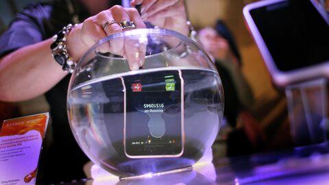 Демонстрация возможностей телефона под водой