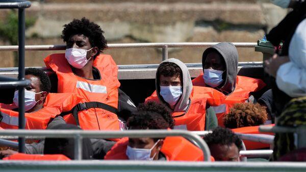 Мигранты, прибывшие в Великобританию из Франции, в порту Довера