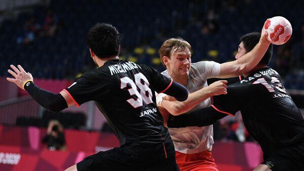 Гандболист сборной Дании Матиас Гидсель (слева) и гандболист сборной Японии Кэнъя Касахара