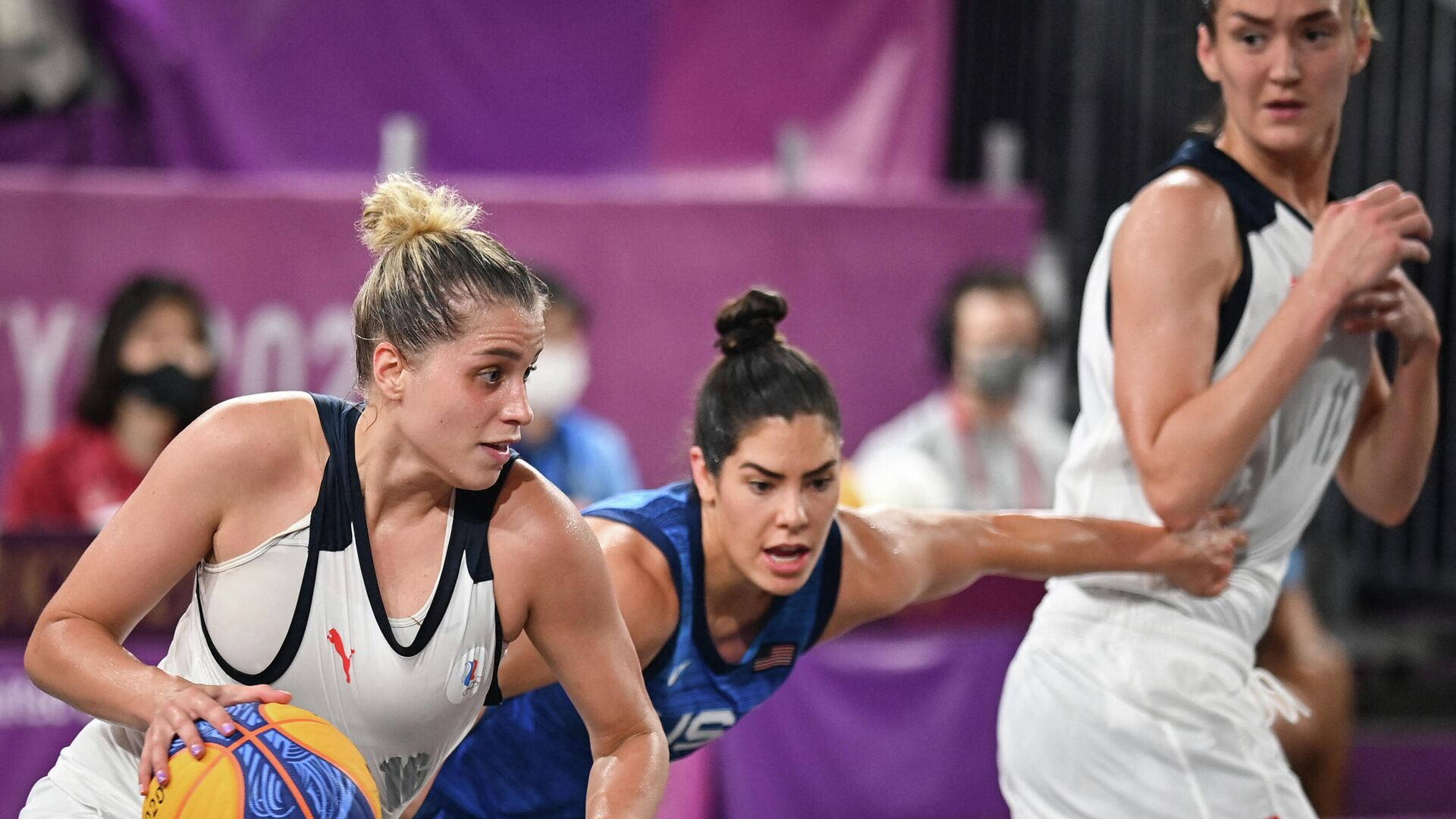 Russia's Evgeniia Frolkina (L) runs with the ball as she is tackled by USA's Kelsey Plum (C) next to Russia's Anastasiia Logunova (R) during the women's first round 3x3 basketball match between Russia and US at the Aomi Urban Sports Park in Tokyo, on July 25, 2021 during the Tokyo 2020 Olympic Games. (Photo by Andrej ISAKOVIC / AFP) - РИА Новости, 1920, 25.07.2021