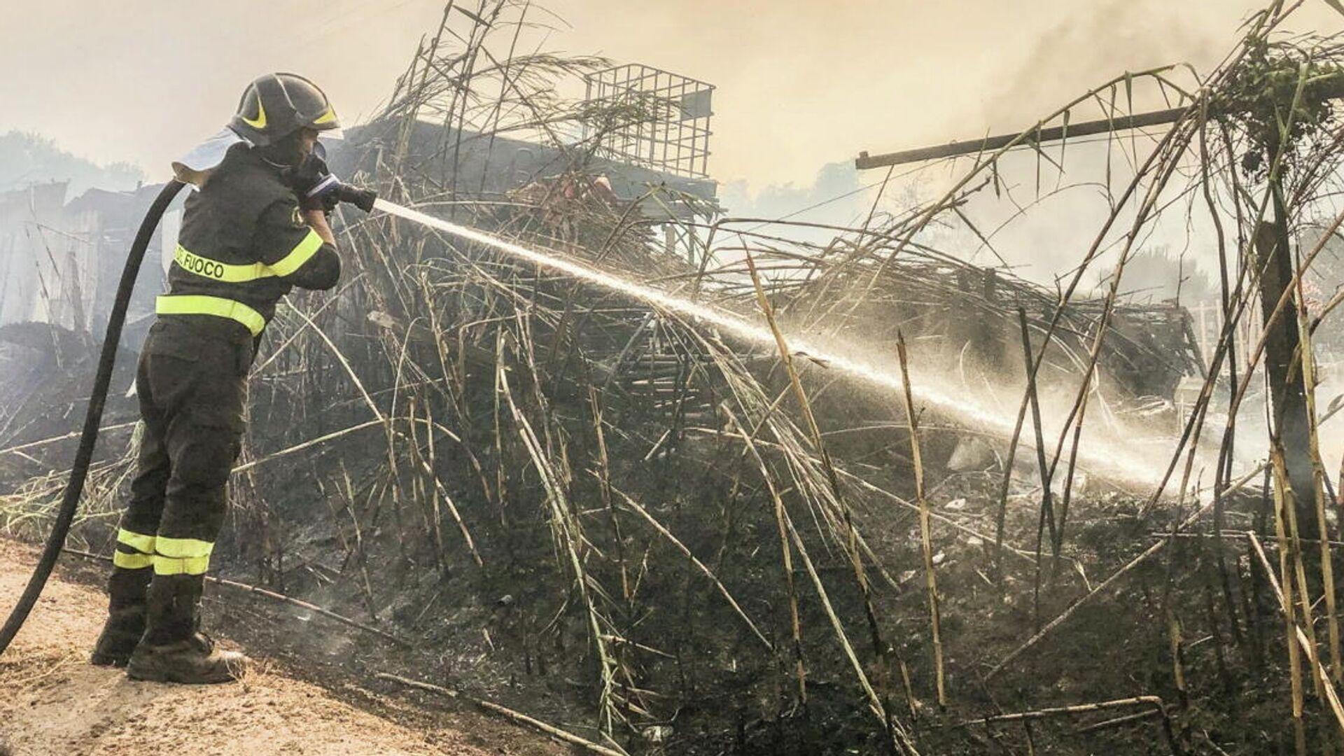 Пожарный во время тушения лесного пожара на Сардинии - РИА Новости, 1920, 25.07.2021