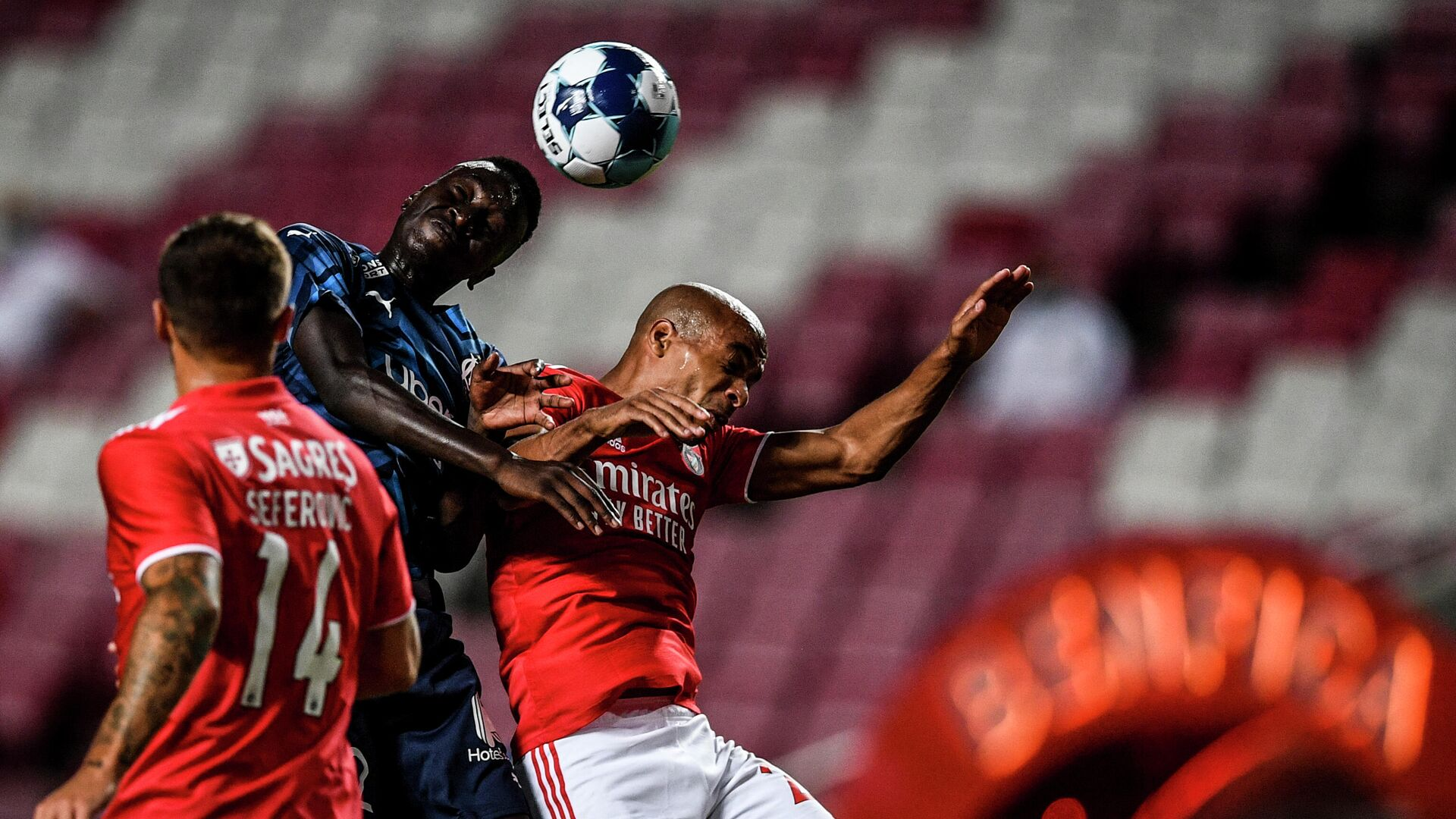 Benfica's Portuguese midfielder Joao Mario (R) heads the ball with Marseille's French midfielder Pape Gueye during an international club friendly football match between SL Benfica and Olympique de Marseille at the Luz stadium in Lisbon on July 25, 2021. (Photo by PATRICIA DE MELO MOREIRA / AFP) - РИА Новости, 1920, 25.07.2021