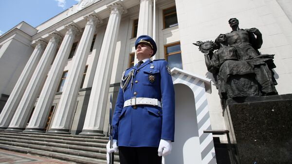 Почетный караул возле здания Верховной рады Украины в Киеве