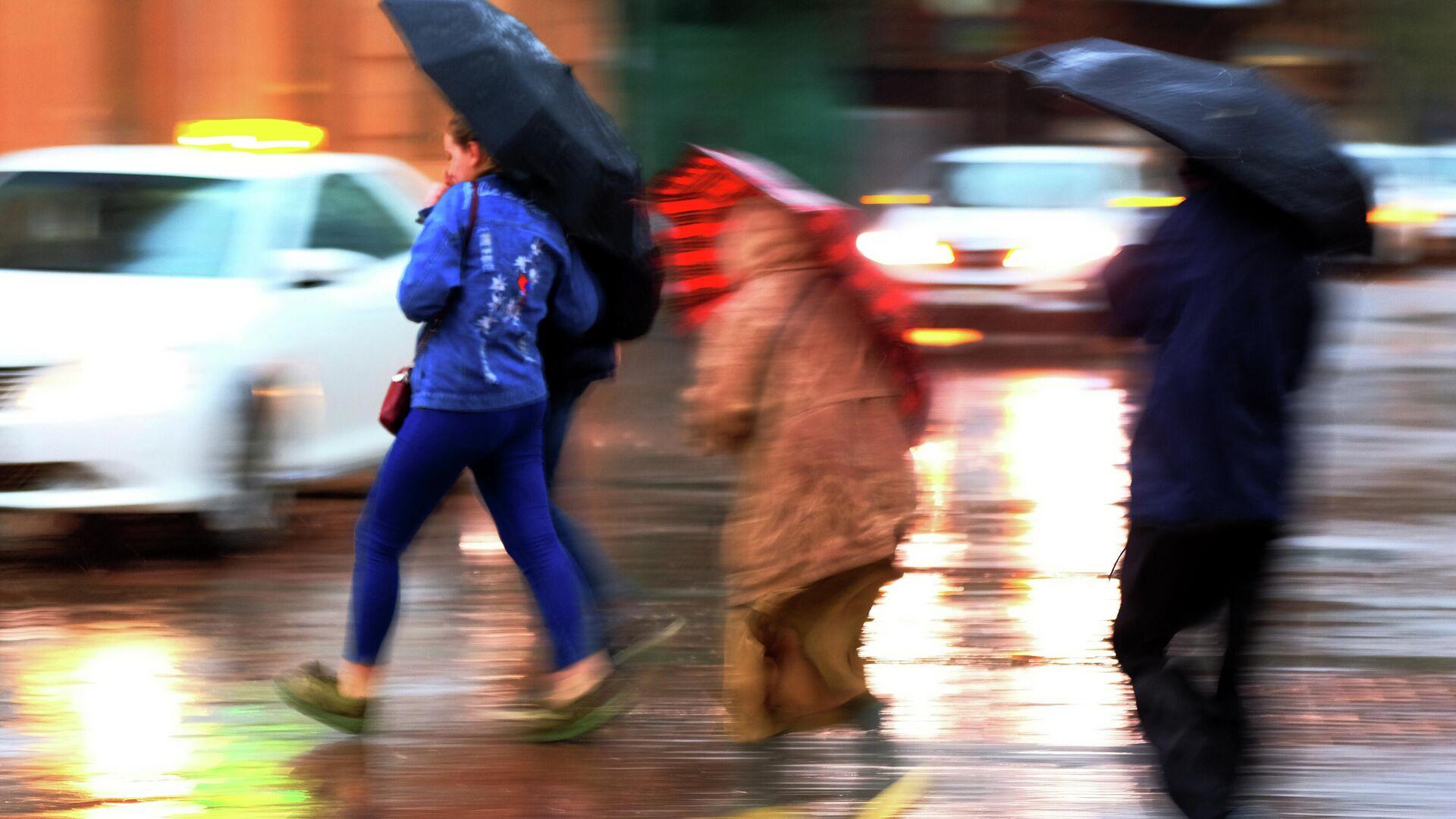 Пешеходы на улице во время сильного дождя - РИА Новости, 1920, 28.07.2021
