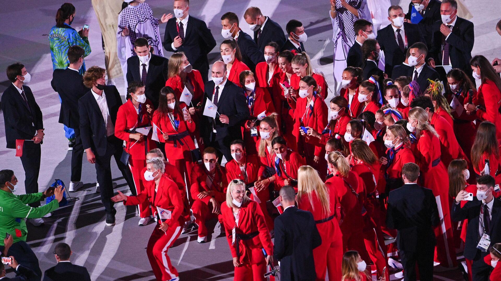 Российские спортсмены, члены сборной России (команда ОКР) фотографируются на параде атлетов на церемонии открытия XXXII летних Олимпийских игр в Токио. - РИА Новости, 1920, 27.07.2021