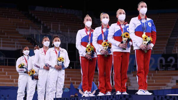 Гимнастки сборных США и России (слева направо) во время церемонии награждения
