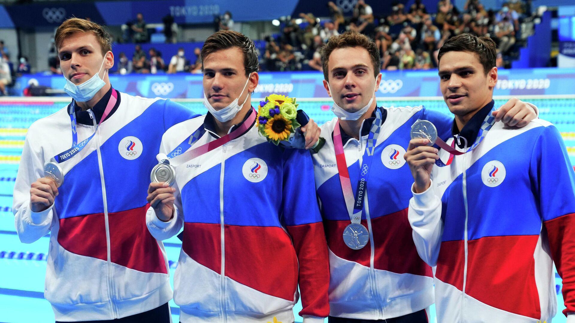 Российские пловцы на церемонии награждения олимпийскими медалями - РИА Новости, 1920, 28.07.2021