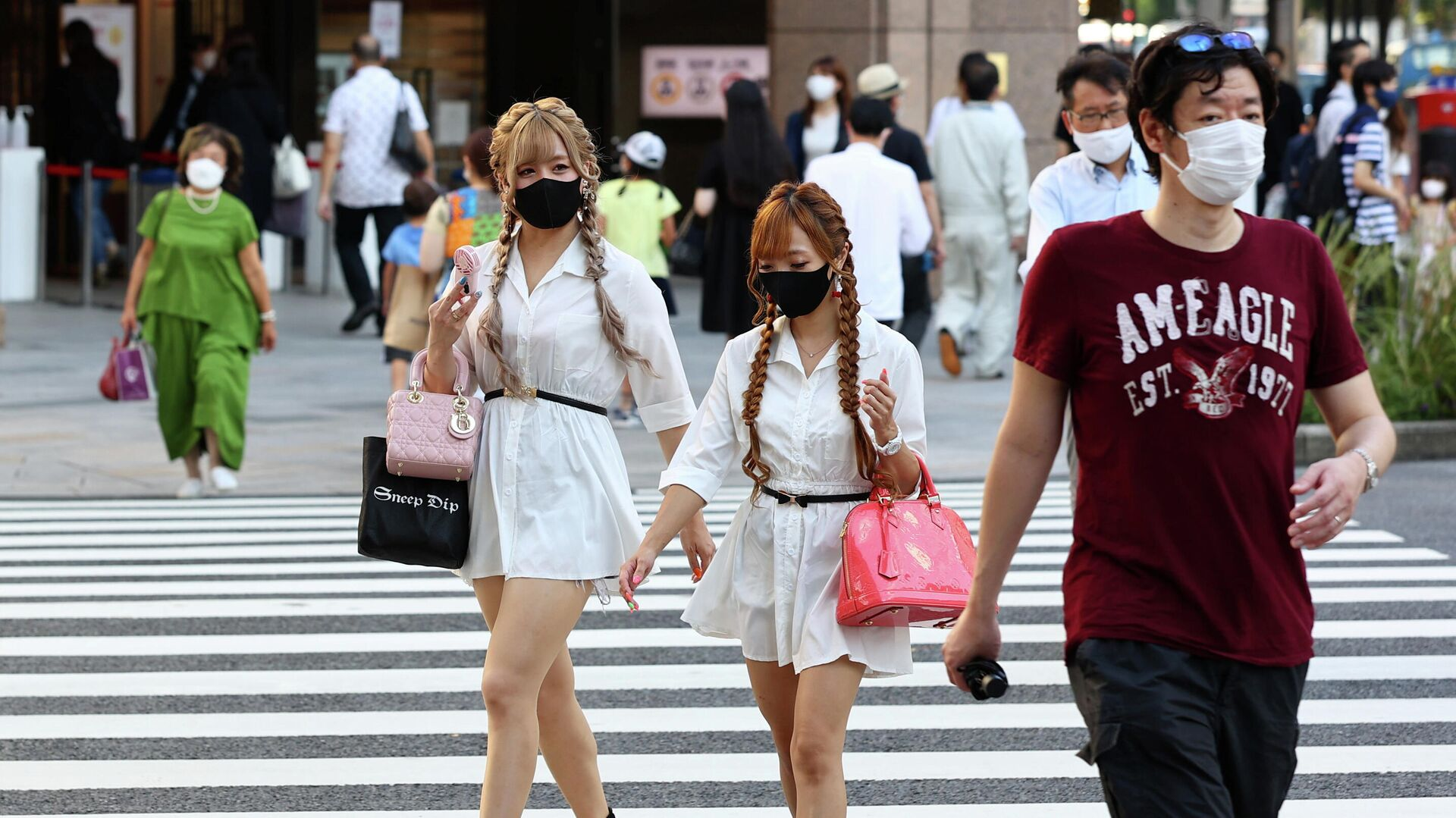 Люди переходят дорогу в Токио - РИА Новости, 1920, 31.07.2021