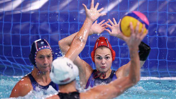 Игровой момент матча по водному поло на ОИ в Токио Россия - США