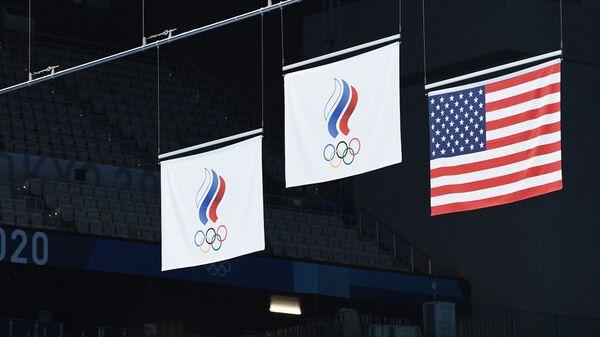 Флаги Олимпийского комитета России (ОКР) и США на Олимпиаде-2020 в Токио