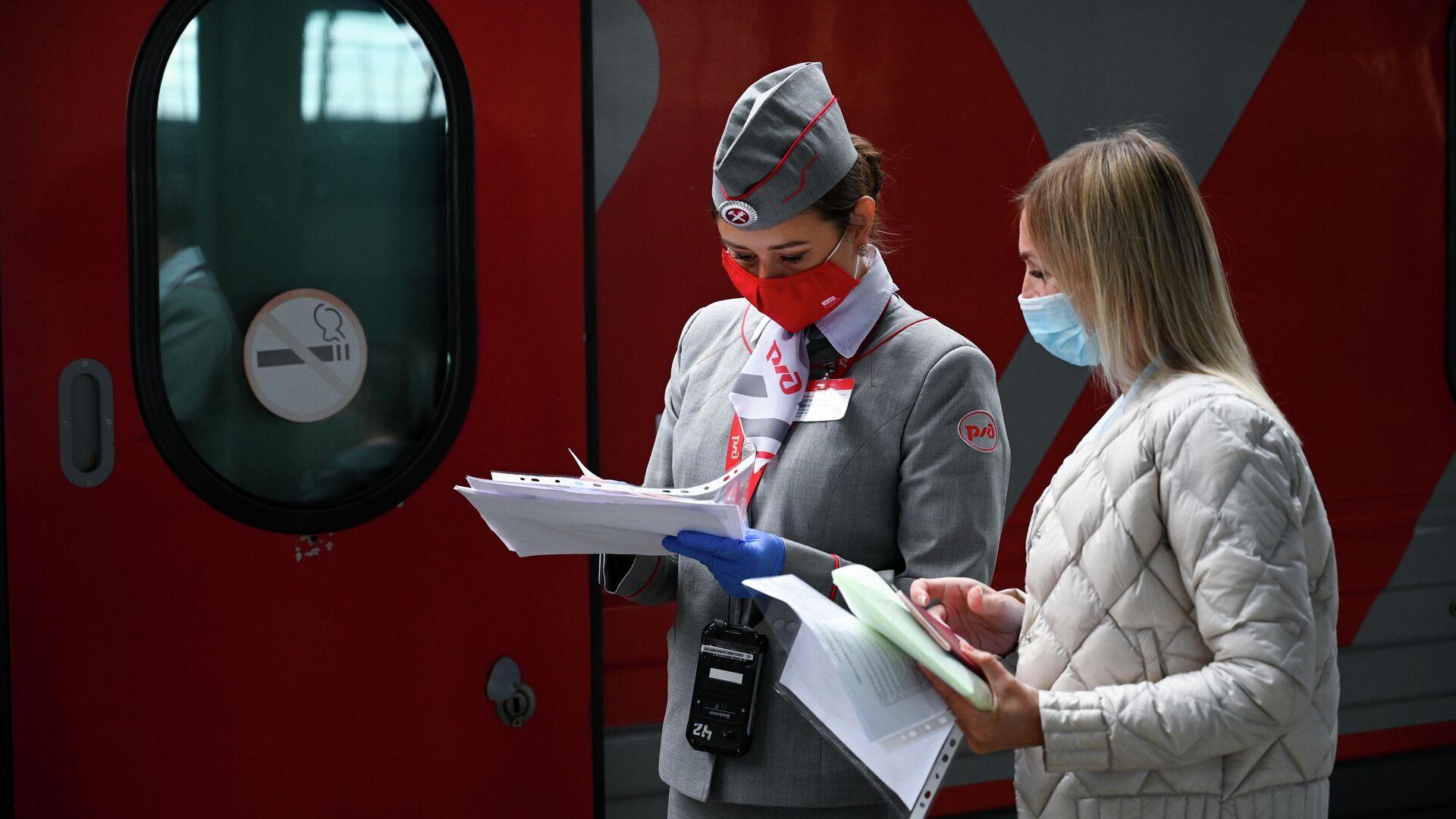 Проводник фирменного поезда Янтарь, следующего из Калининграда в Москву - РИА Новости, 1920, 01.08.2021