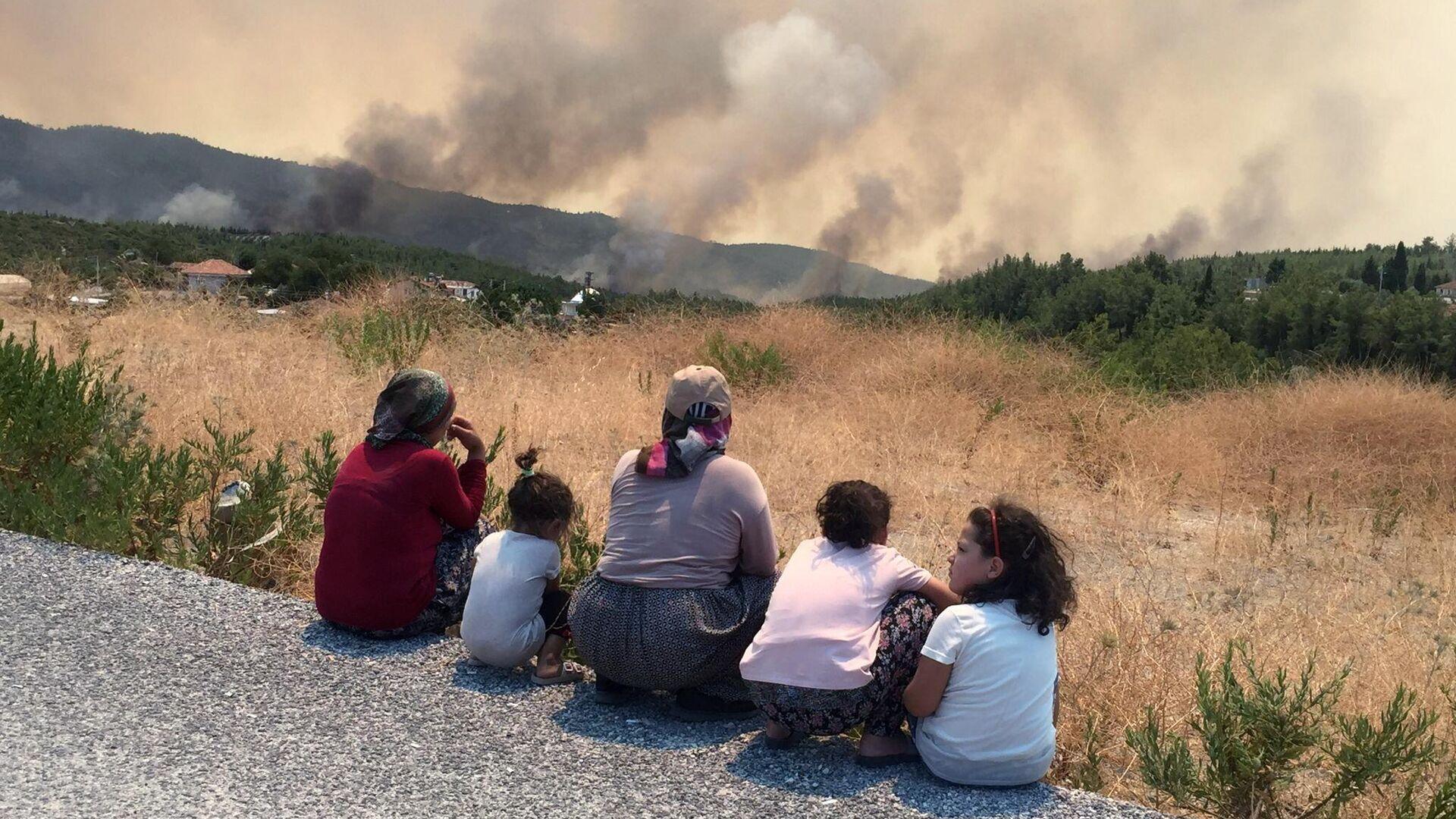 Местные жители наблюдают за приближающимся к их домам лесным пожаром в городе Манавгате - РИА Новости, 1920, 30.07.2021