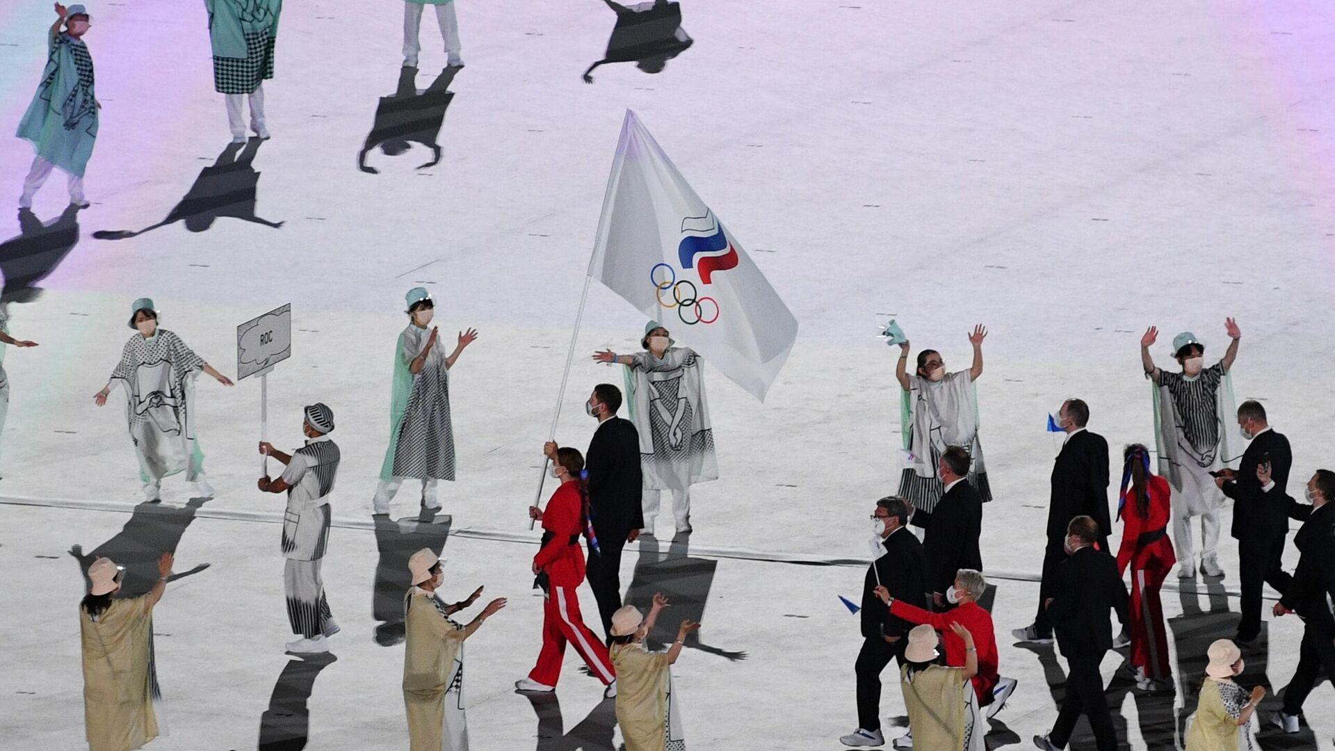 Знаменосцы команды Олимпийского комитета России параде атлетов на церемонии открытия XXXII летних Олимпийских игр в Токио - РИА Новости, 1920, 01.08.2021