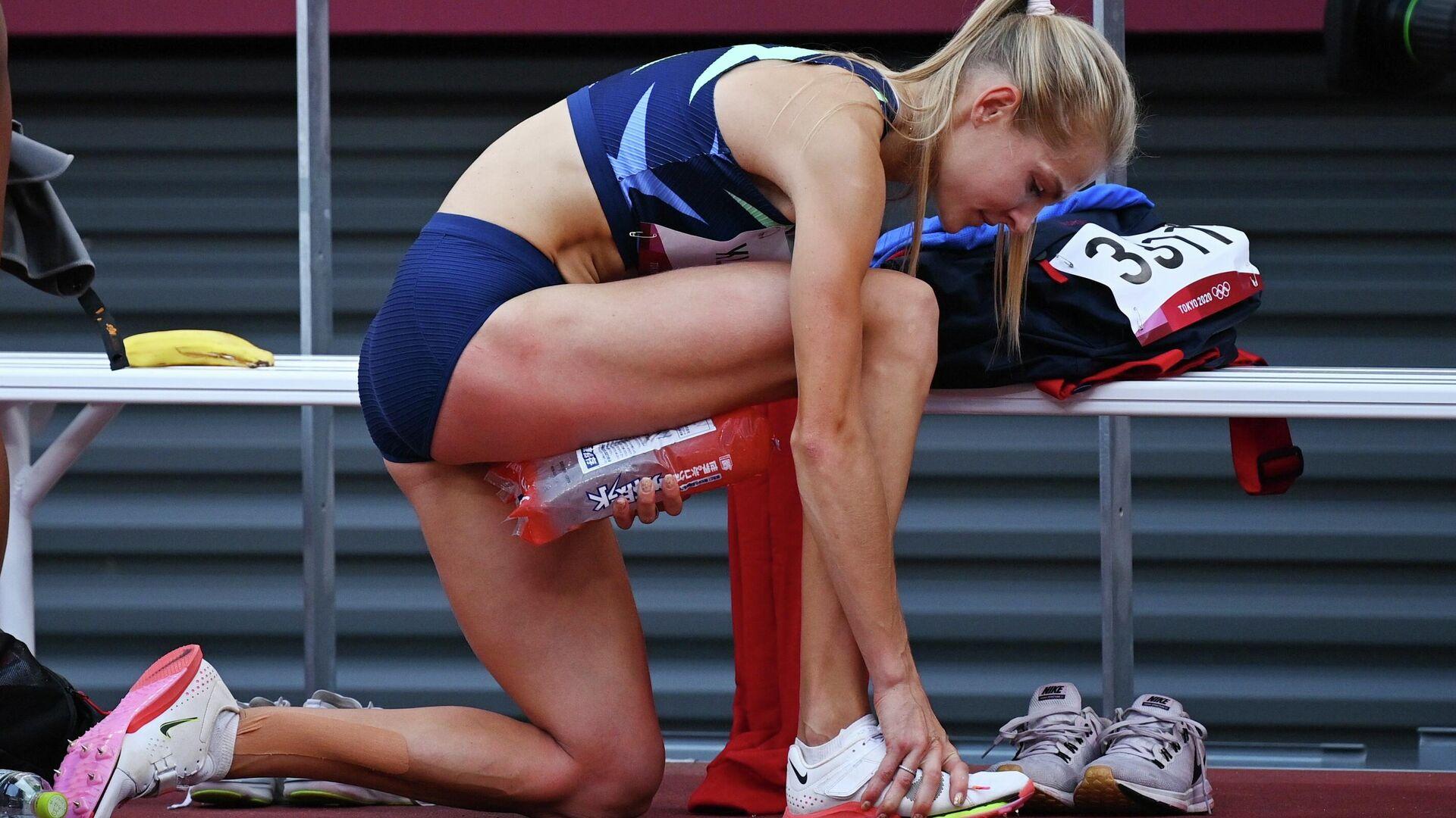 Россиянка Дарья Клишина прижимает лед к ноге на соревнования по прыжкам в длину на Олимпиаде в Токио - РИА Новости, 1920, 01.08.2021