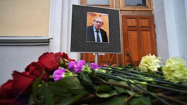 Цветы в память о президенте факультета журналистики МГУ Ясене Засурском, скончавшемся на 92-м году жизни, у здания факультета журналистики МГУ