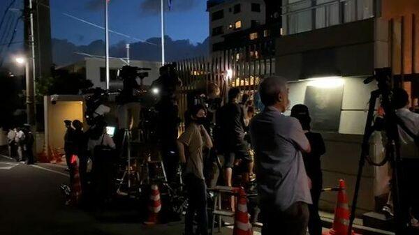 Журналисты ждут спортсменку Тимановскую у посольства Польши в Токио