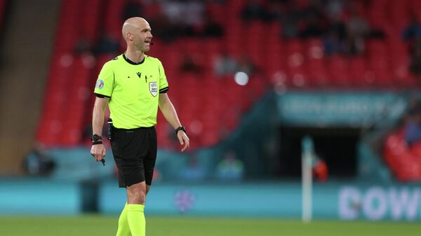 English referee Anthony Taylor speaks to the players during the UEFA EURO 2020 round of 16 football match between Italy and Austria at Wembley Stadium in London on June 26, 2021. (Photo by Catherine Ivill / POOL / AFP)
