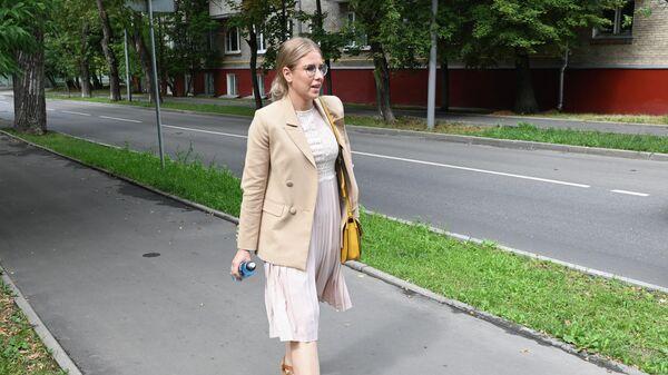 Любовь Соболь у здания Преображенского суда города Москвы
