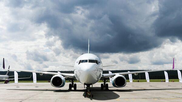 65-тонный самолет Boeing 737-800 авиакомпании NordStar, подготовленный для установки нового рекорда России по трек-пулу Иннокентием Веселовым в Красноярске, Россия