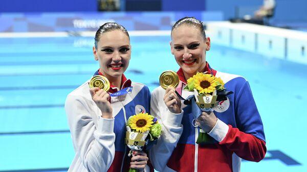 Российские спортсменки, члены сборной России Светлана Колесниченко и Светлана Ромашина, завоевавшие золотые медали с в соревнованиях по синхронному плаванию дуэтов на Олимпийских играх в Токио
