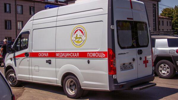 Автомобиль скорой медицинской помощи возле Республиканской клинической больницы скорой медицинской помощи во Владикавказе
