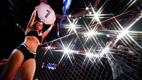 Женщина на ринге перед первым раундом боя во время турнира UFC 365 в Toyota Center в Хьюстоне, штат Техас