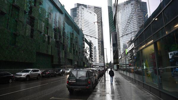 Прохожий на территории Московского международного делового центра Москва-Сити