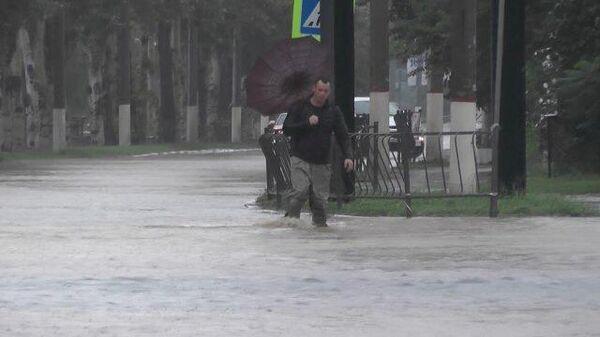 Затопленные улицы Керчи: машины туристов выталкивают из огромных луж